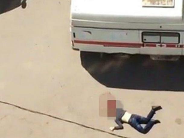 В Таганроге молодой человек упал  с крыши высотки и разбился насмерть