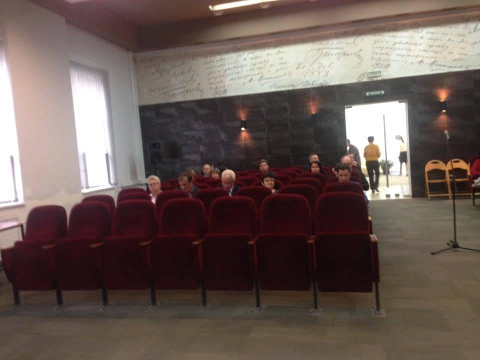 В Таганроге при пустых креслах и отсутствии народа принимали Правила благоустройства города