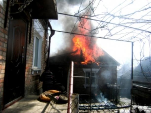 Пожарные вытащили человека из горящего флигеля под Таганрогом