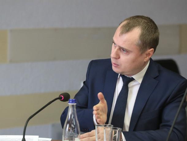 Упавший на землю снег лишил Таганрог возможности пообщаться  с министром области по ЖКХ