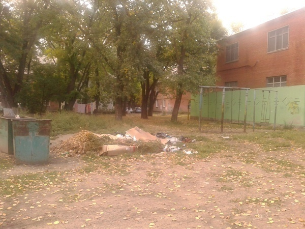 В Западном районе Таганрога мусорные баки ставят на бывших детских площадках