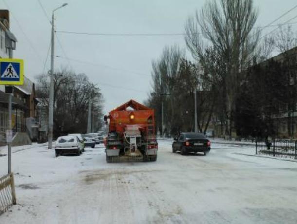 В Таганроге очисткой и посыпкой дорог занимаются восемь машин