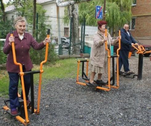 Администрации Таганрога и Ростовской области подарили пожилым людям реабилитационную площадку