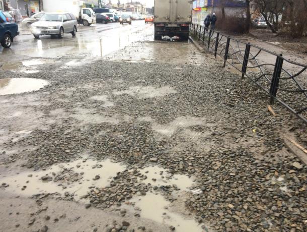 Водоканал  справился с тяжелейшей аварией, но не убрал после себя грязь и гравий