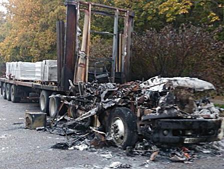 Огромная фура сгорела на улице Москатова в Таганроге