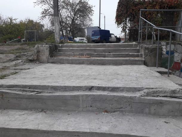 В Таганроге ООО «Фортуна-4» отремонтировало ступеньки, вызвав беспокойство жителей за свою жизнь и здоровье