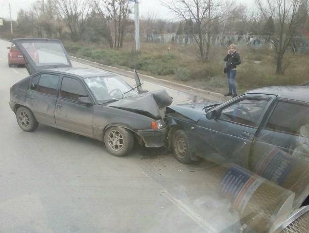 Жуткое лобовое ДТП с пострадавшим спровоцировало огромную пробку на улице Таганрога