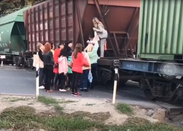 «Люди устали ждать»: таганрожцы перелезали через остановившийся поезд