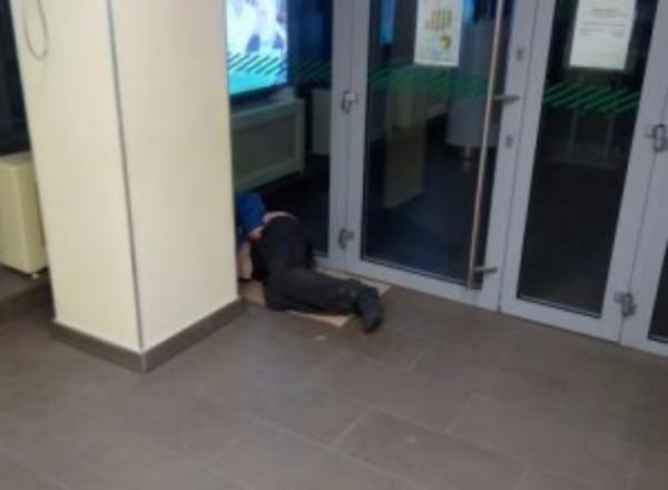 Жуткий запах мешает жителям Таганрога воспользоваться услугами банка