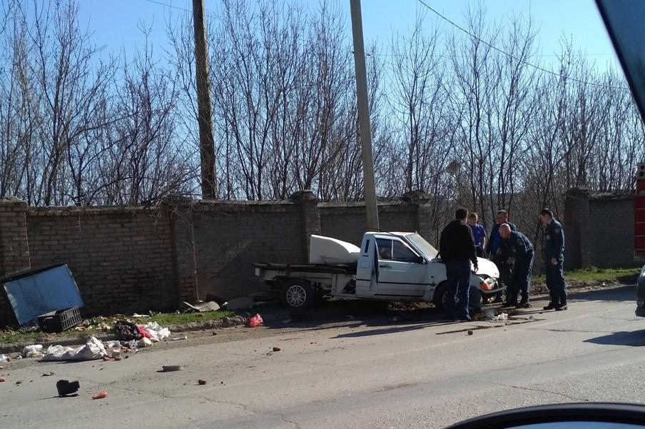 В Таганроге автомобиль с прицепом влетел в забор