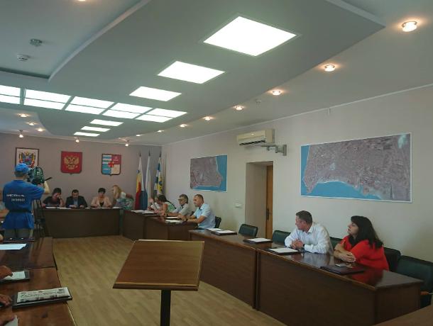Владимир Карогодин освободился от статуса депутата, сидящего на двух стульях в Таганроге