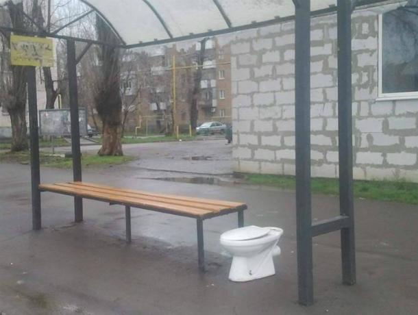 «Уникальный  сервис»  с белым унитазом в Таганроге на уличной остановке вдохновил горожан на  разговор