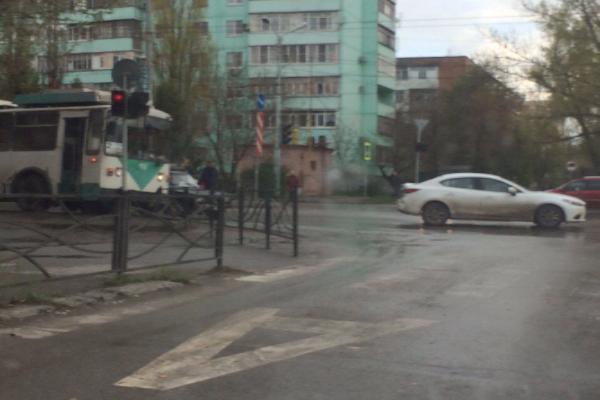 В Таганроге «злой» троллейбус вытолкнул иномарку на центр перекрестка