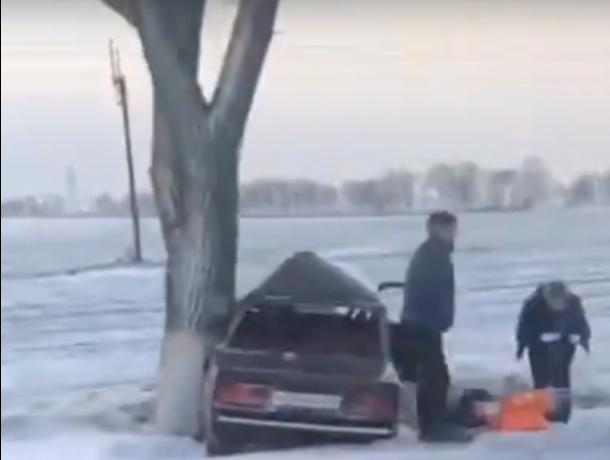На заснеженной трассе Ростов-Таганрог машину занесло в кювет