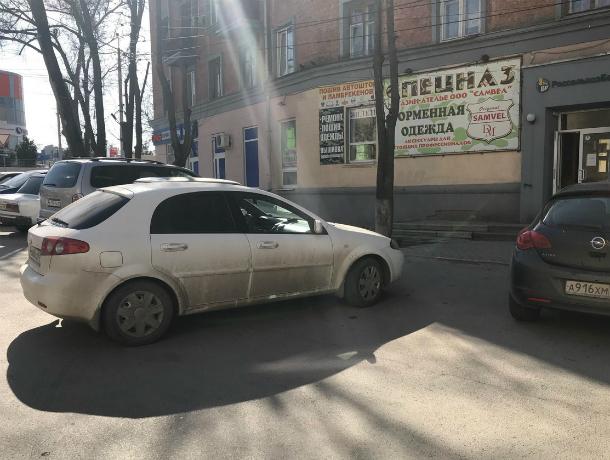 Автохамы Таганрога  закрывают проходы и паркуются на тротуарах