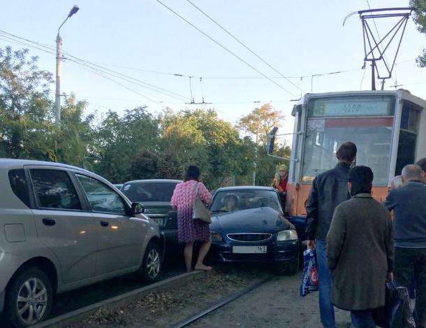 В Таганроге «акцент» попал под колеса трамвая