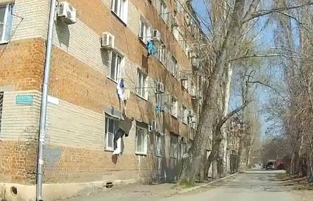 Побег таганрожца из окна дома сняли на видео и обсудили в сетях
