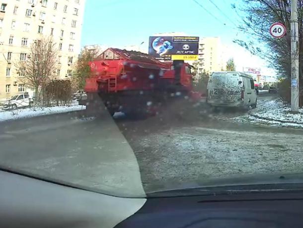 В Таганроге лихач - водитель  осыпал гравием и непонятным дерьмом стоящий у обочины автомобиль