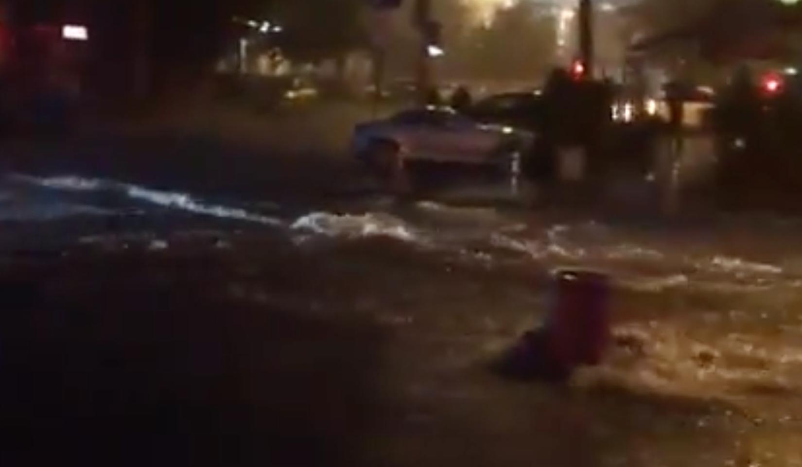 В Ростове -на-Дону девочку потоком воды затянуло под автомобиль